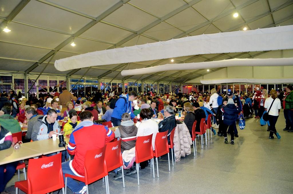 Посреди Олимпийского парка стоит огромная палатка с едой
