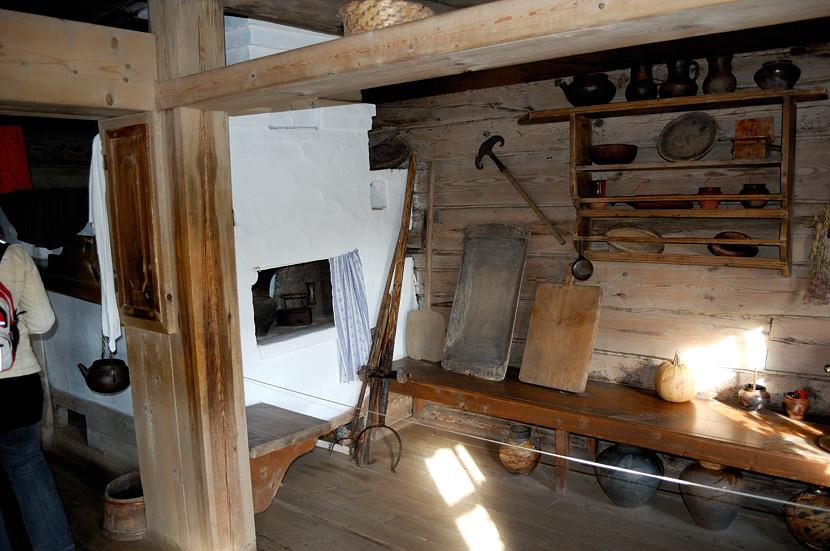 В музее деревянного зодчества и народного быта. В крестьянской избе,