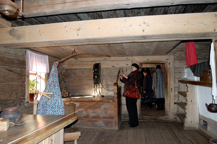 В музее деревянного зодчества и народного быта. В крестьянской избе. Наверху, кто не знал, это полати