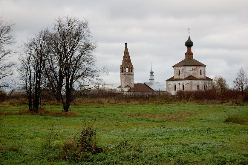 Справа - Козьмодемьянская церковь (XVIII в.) - «летняя». Слева - Крестовоздвиженская церковь (1696) - «зимняя».