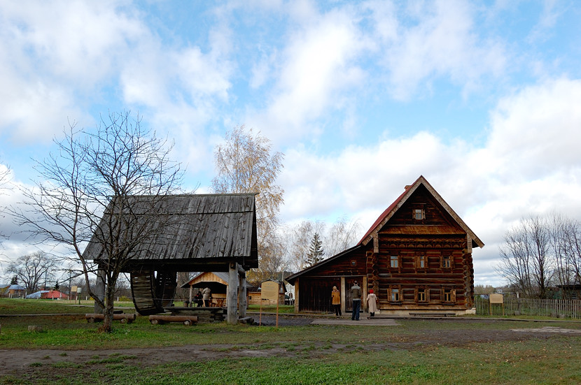 В музее деревянного зодчества и народного быта. Колодец и дом зажиточного крестьянина