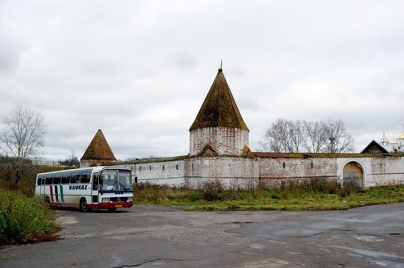Покровский монастырь. Рядом стоит автобус православных паломников с Кавказа