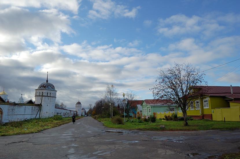 На улице у Покровского монастыря