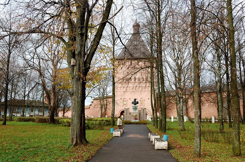 У стен Спасо-Евфимиева монастыря. Памятник Д.Пожарскому