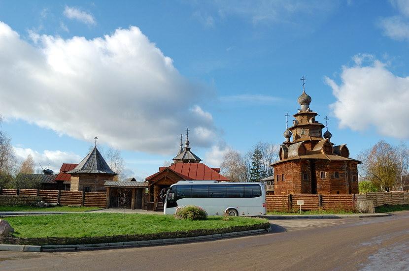 У входа в музей деревянного зодчества и народного быта