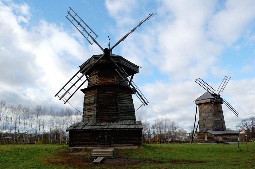 В музее деревянного зодчества и народного быта. Ветряные мельницы