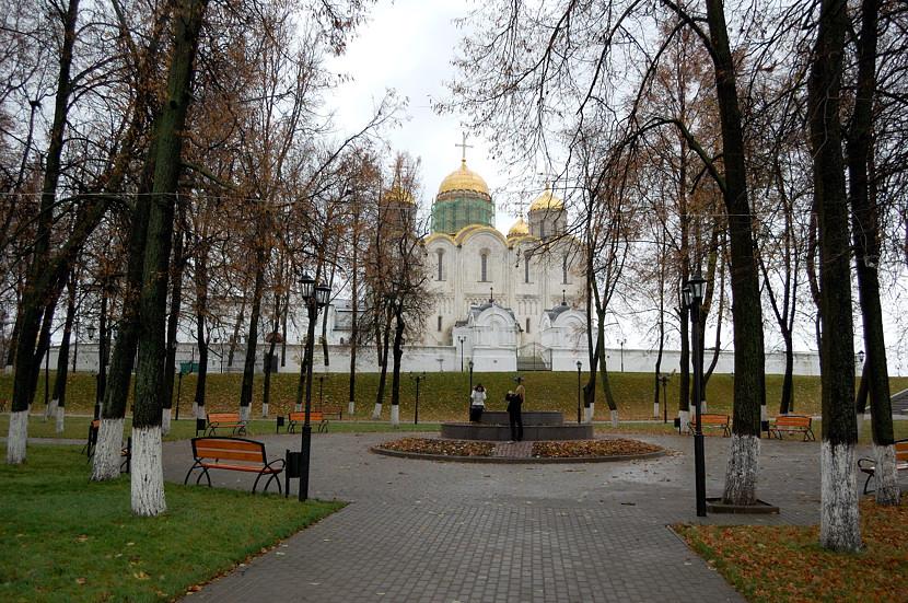 В парке у Успенского собора