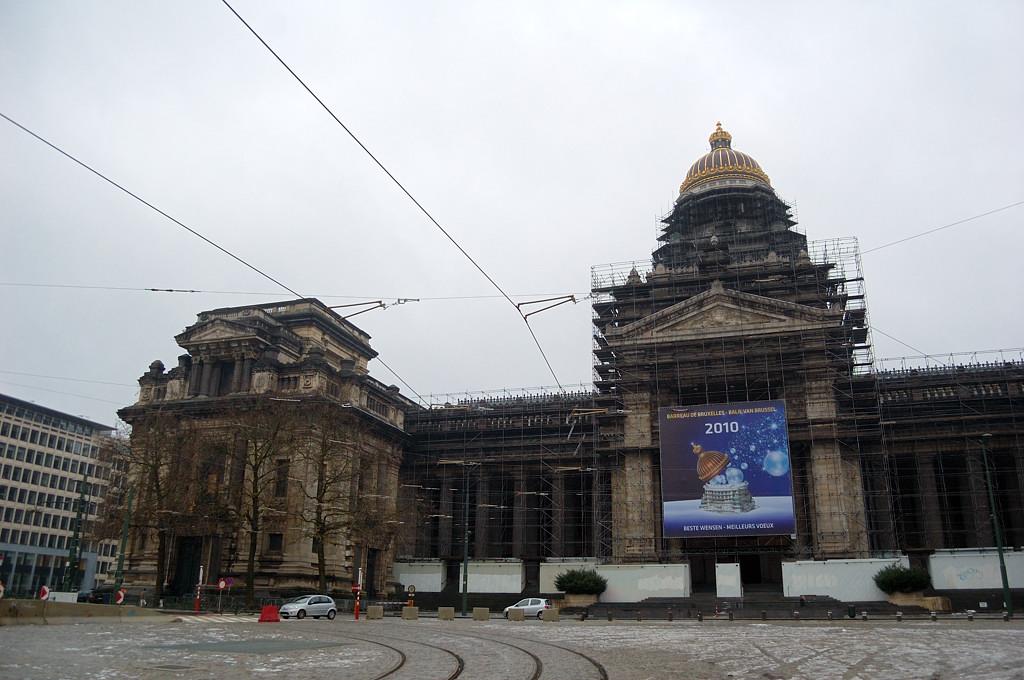 У дворца правосудия