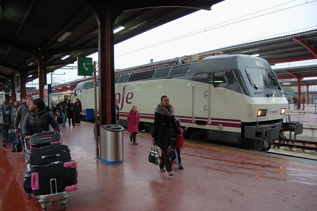 Поезд Francisco Goya прибыл на вокзал Chamartin в Мадриде