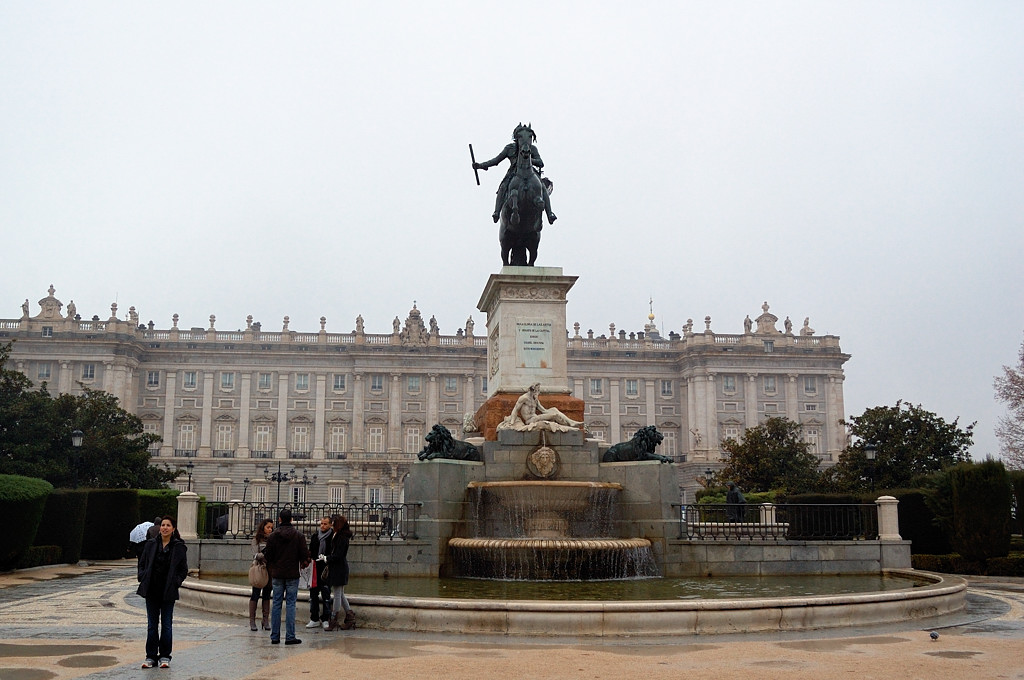 Королевский Дворец и памятник какому-то там известному королю