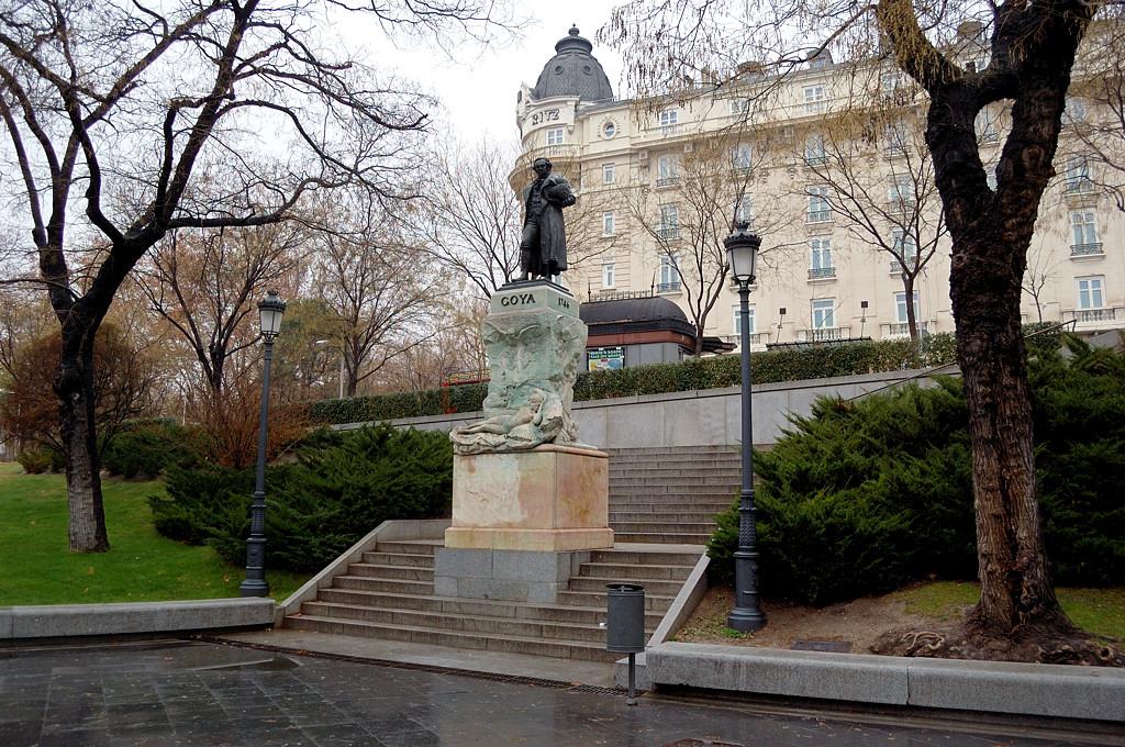 Памятник Гойе у музея Прадо
