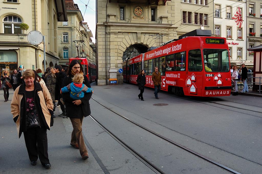 На Бэренплац. Трамваи проходят сквозь арку в Кефигтурм