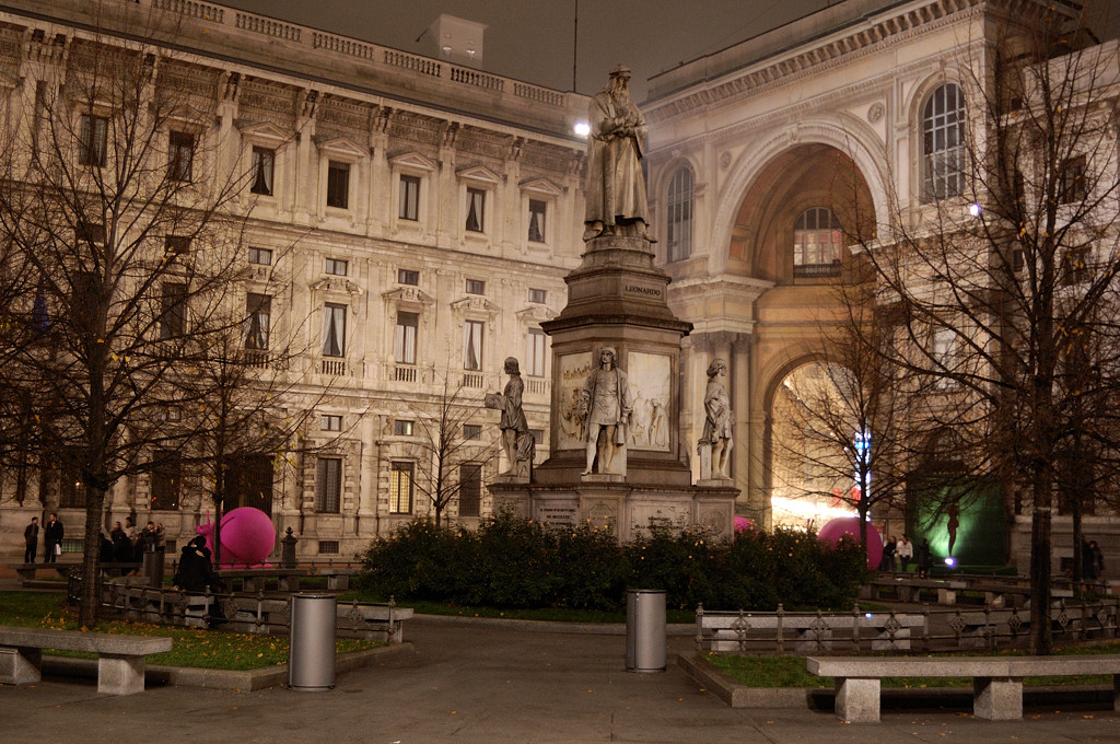 Памятник Леонардо Да Винчи перед Театром алла Скала