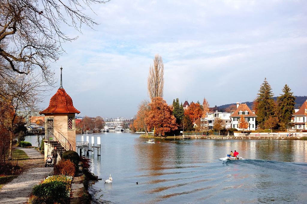Здесь река Ааре вытекает из озера Тунерзее и течет дальше, в Берн