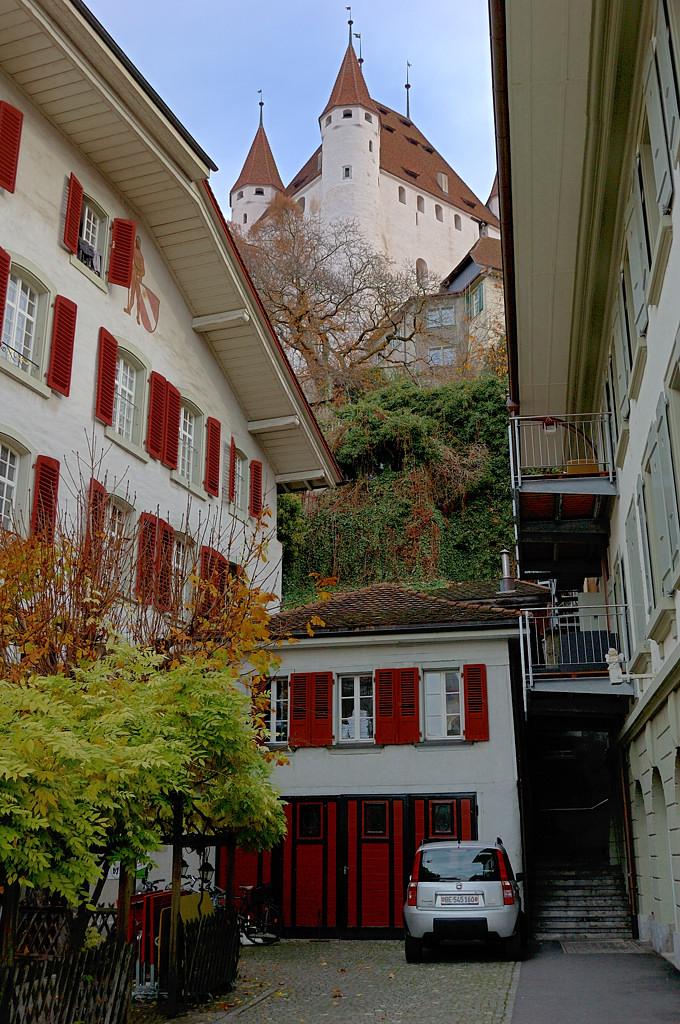 Вид на замок из дворика в старом городе