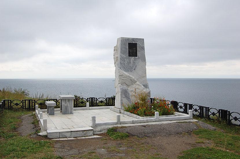Памятник вблизи места гибели драматурга Александра Вампилова