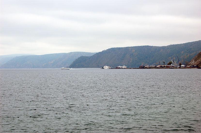 Вид на Порт Байкал и идущую мимо