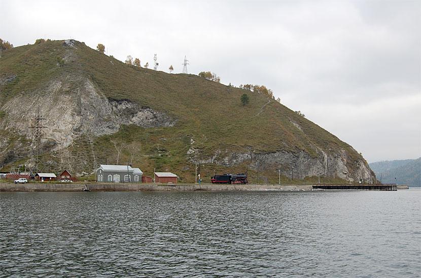 Вид на Порт Байкал с парома. Здесь раньше проходил Транссиб