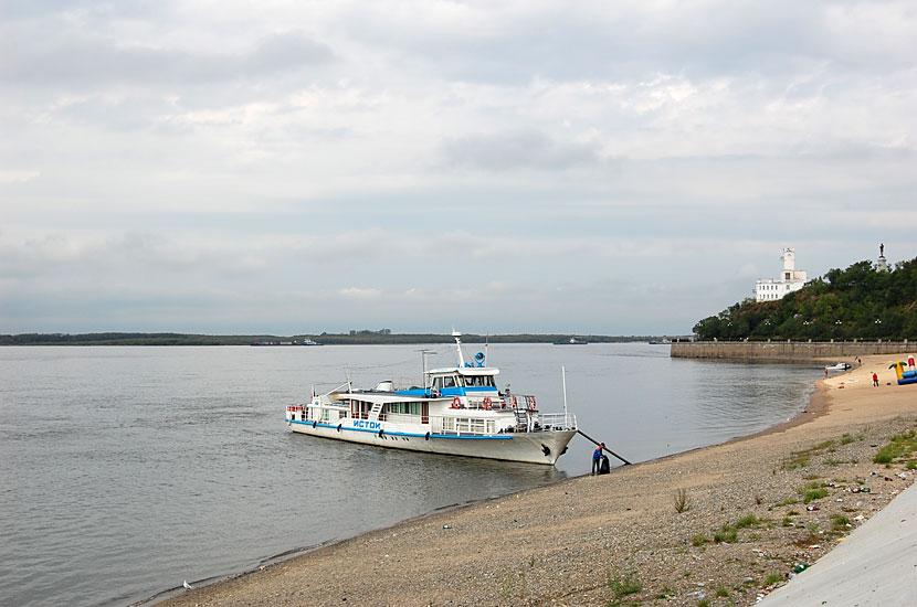 Прогулочный кораблик на берегу Амура