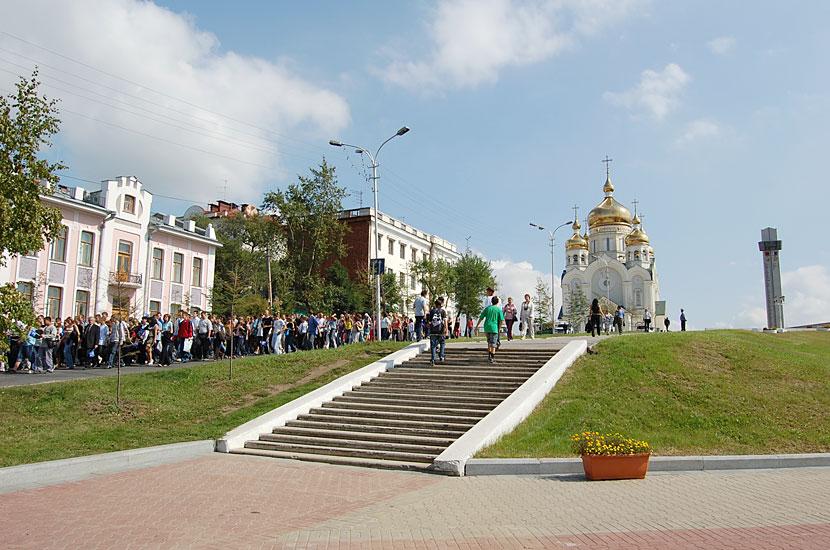 Участники митинга по случаю Дня солидарности в борьбе с терроризмом направляются от площади Славы к центру города
