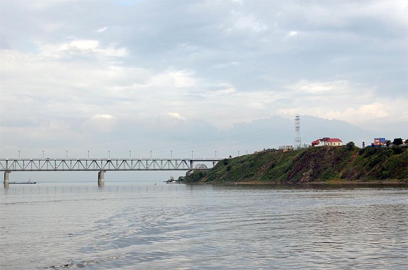 Автомобильный (сверху) и железнодорожный (снизу) мост через Амур