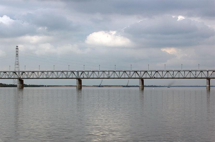 Мост через Амур. Сверху едут машины, а поезда идут внутри
