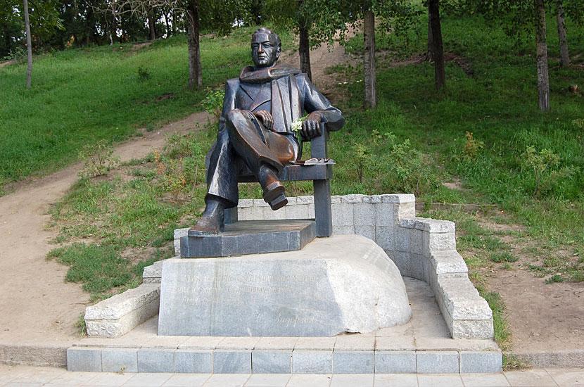 На берегу Амура. Памятник писателю Николаю Задорнову