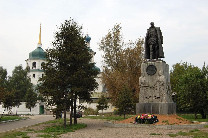 Знаменский монастырь. Памятник адмиралу Колчаку