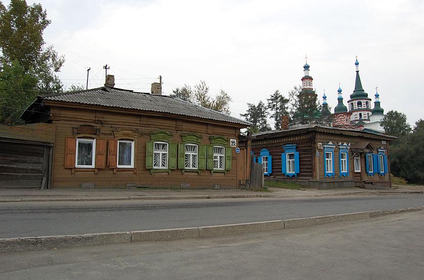 Типичная иркутская архитектура. На фоне - Крестовоздвиженская церковь, 1758