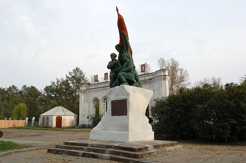 У входа в ЦПКиО. Памятник борцам революции