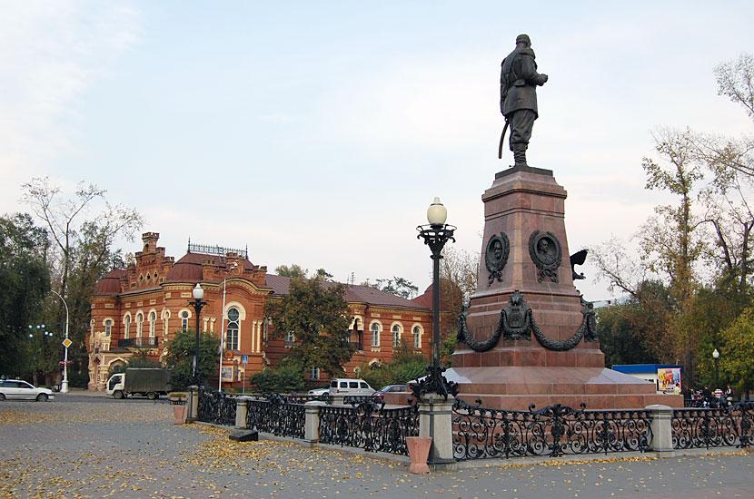 Памятник Александру III. На фоне - Иркутский музей