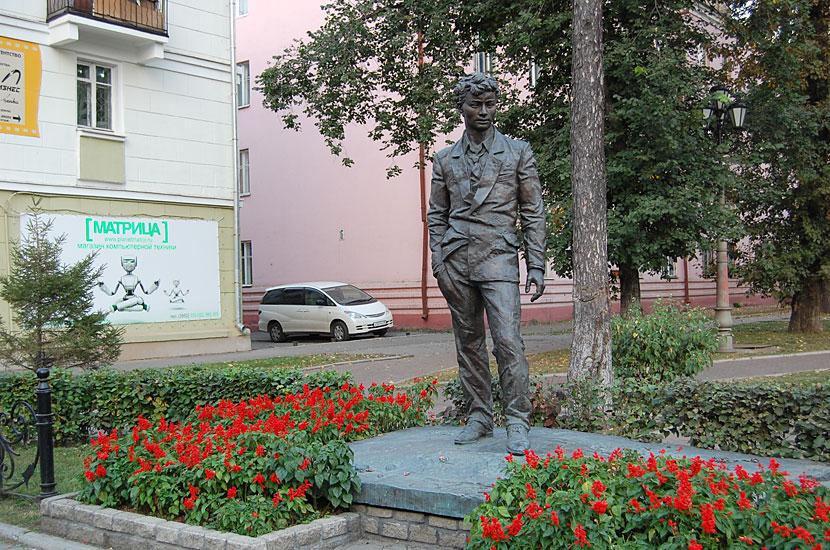 Памятник драматургу А.Вампилову