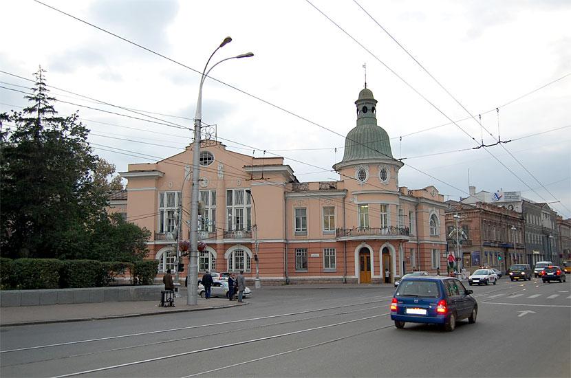 На пересечении Карла Маркса и Ленина. Здание поликлиники (бывший Русско-Азиатский банк)