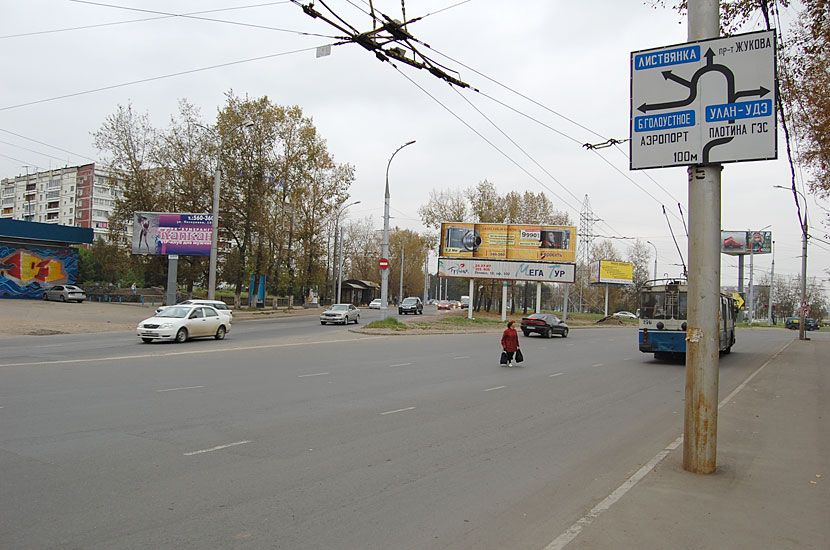 У кольца перед выездом на плотину Иркутской ГЭС