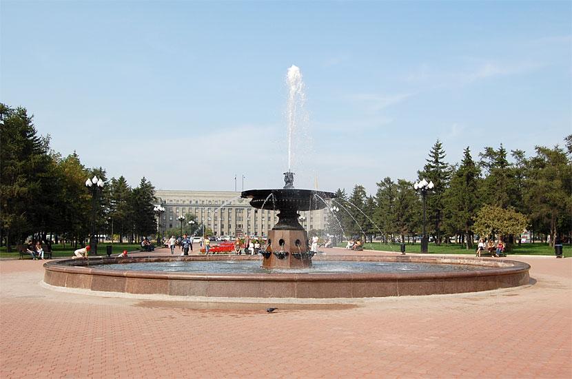 Сквер им. Кирова, вдали - здание Правительства Иркутской области