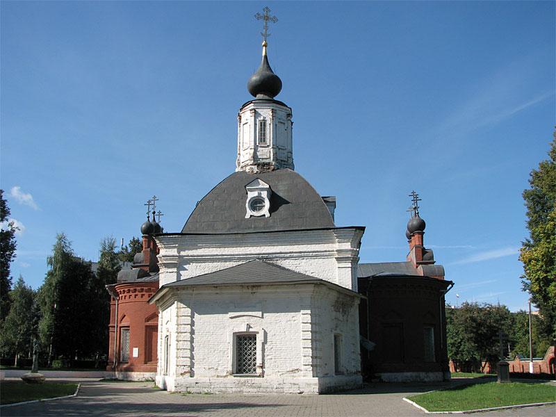 Церковь Петра и Павла. Внутри - музей боевой славы с красными флагами и портретом Сталина