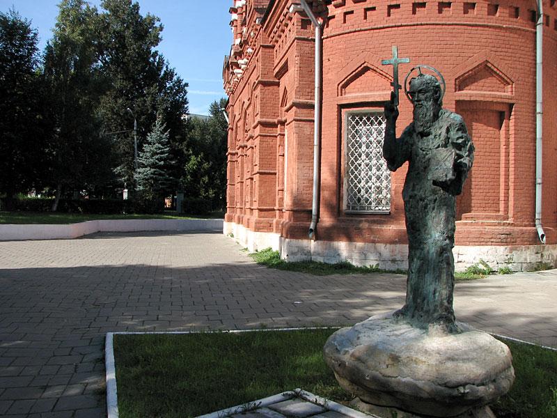 Памятник рядом с церковью