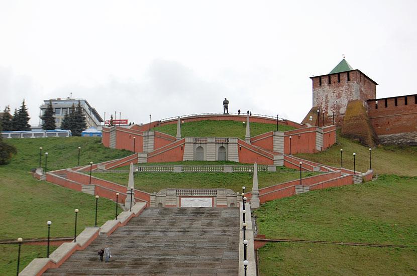Лестница к набережной и памятник Чкалову