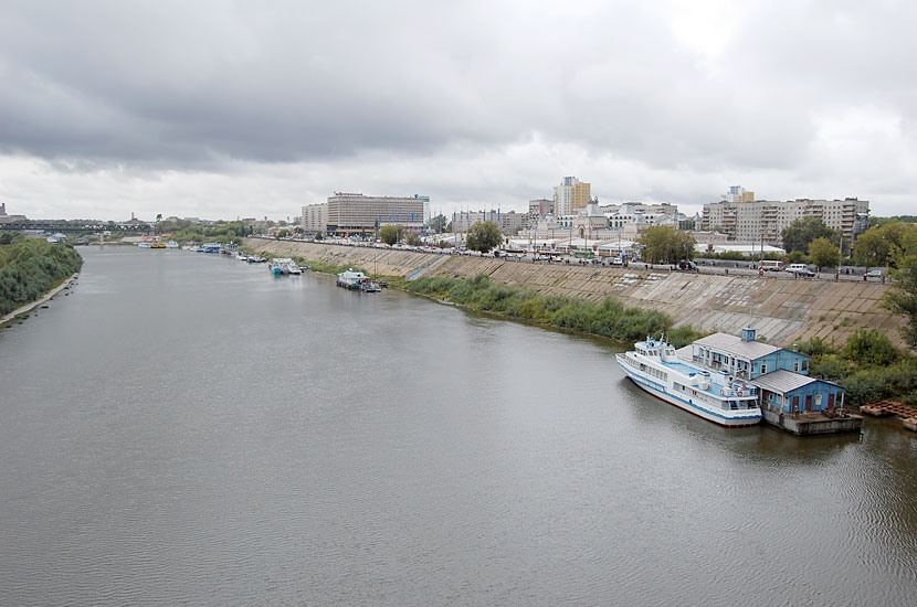Вид с Канавинского моста. Красивое здание, похожее на вокзал вдали - это Нижегородская ярмарка
