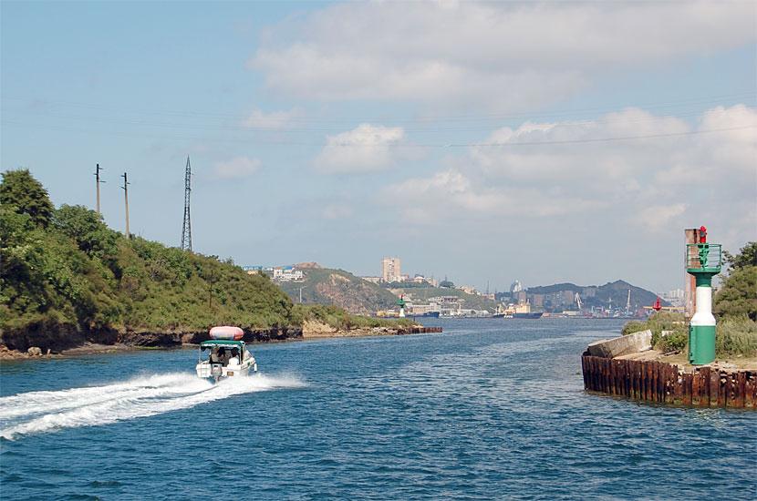 Остров Русский. Этот канал был прорыт сквозь перешеек для упрощения сообщения с городом