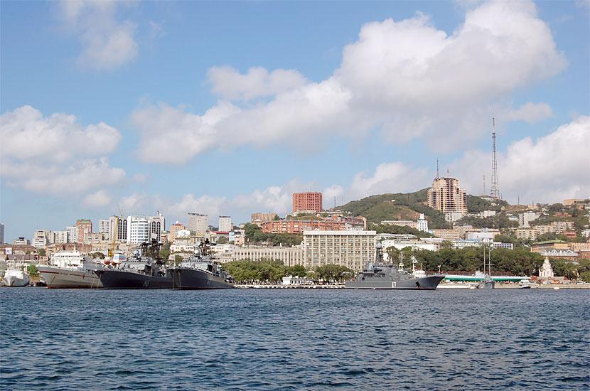 Главная база Тихоокеанского флота. Слева - БПК
