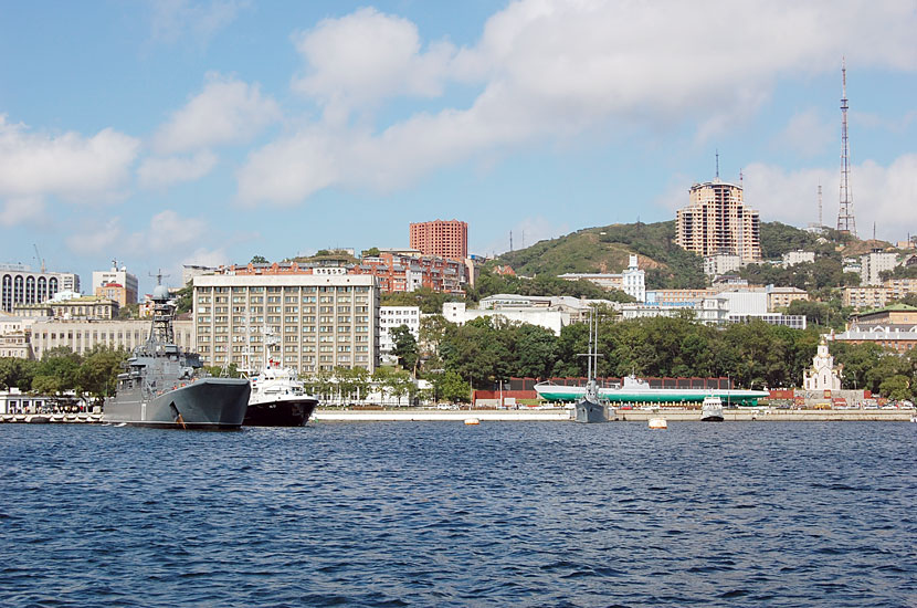 Вид на центр Владивостока с парома. Обратите внимание на подлодку С-56 на берегу