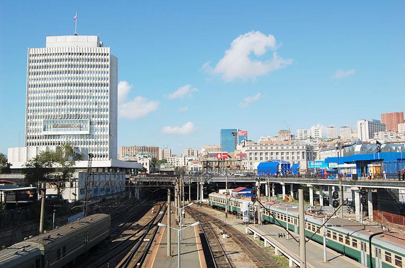 Фото с моста над вокзалом. Слева вдали - здание правительства Приморского края