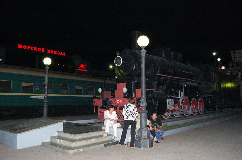 Мемориальный паровоз у конечной точки Транссиба