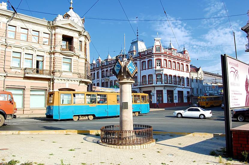 На перекрестке центральных улиц - Алеутской и Светланской