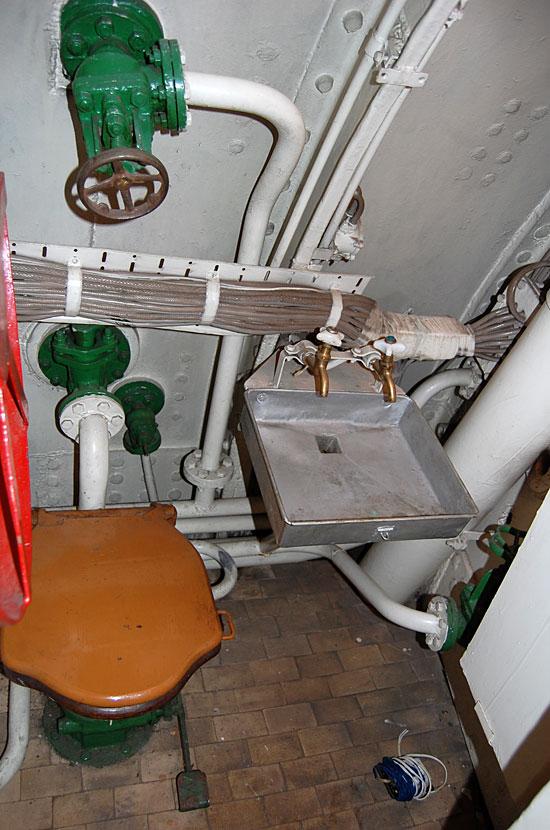 Интерьер подводной лодки С-56. Надпись над дверью -