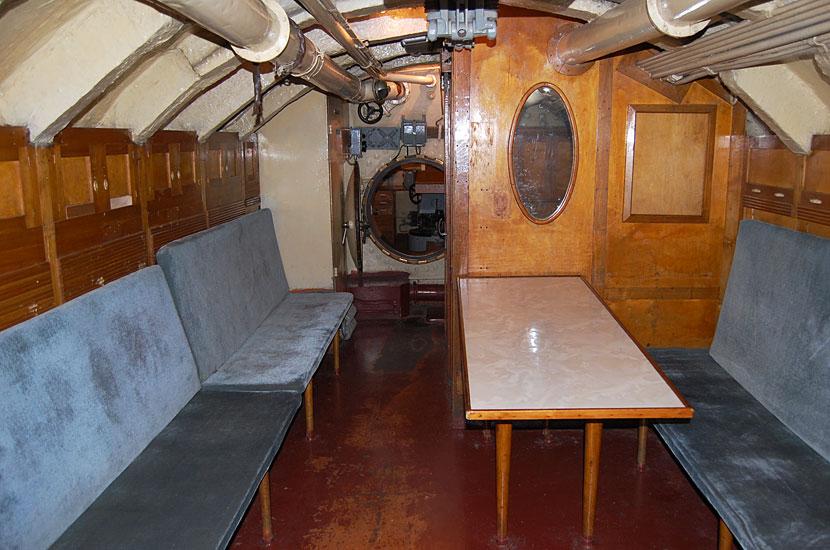 Интерьер подводной лодки С-56. По-видимому - кают-компания. Справа за стенкой, судя по всему, каюта капитана
