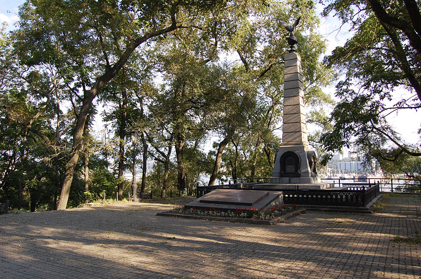 Памятник адмиралу Невельскому, исследователю Дальнего Востока