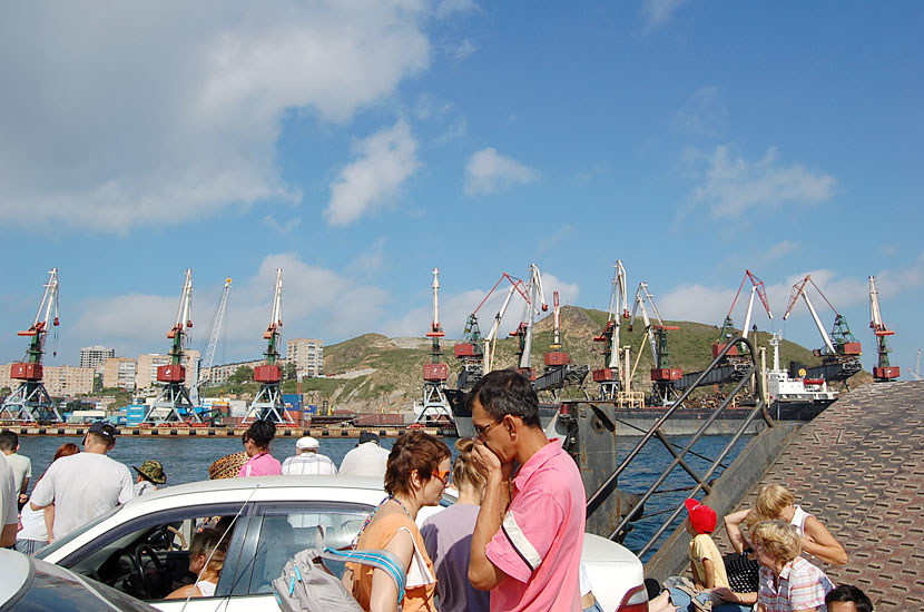 Паром на остров Русский. Люди едут отдыхать на пляж
