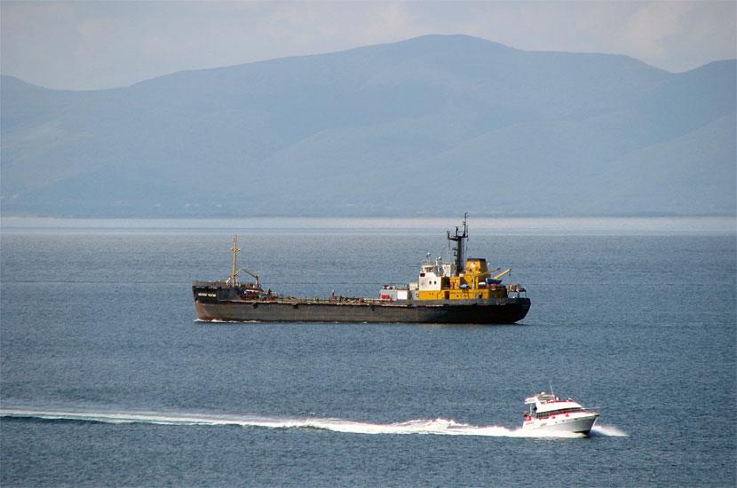 Корабли в Амурском заливе. Снято оттуда же с максимальным увеличением